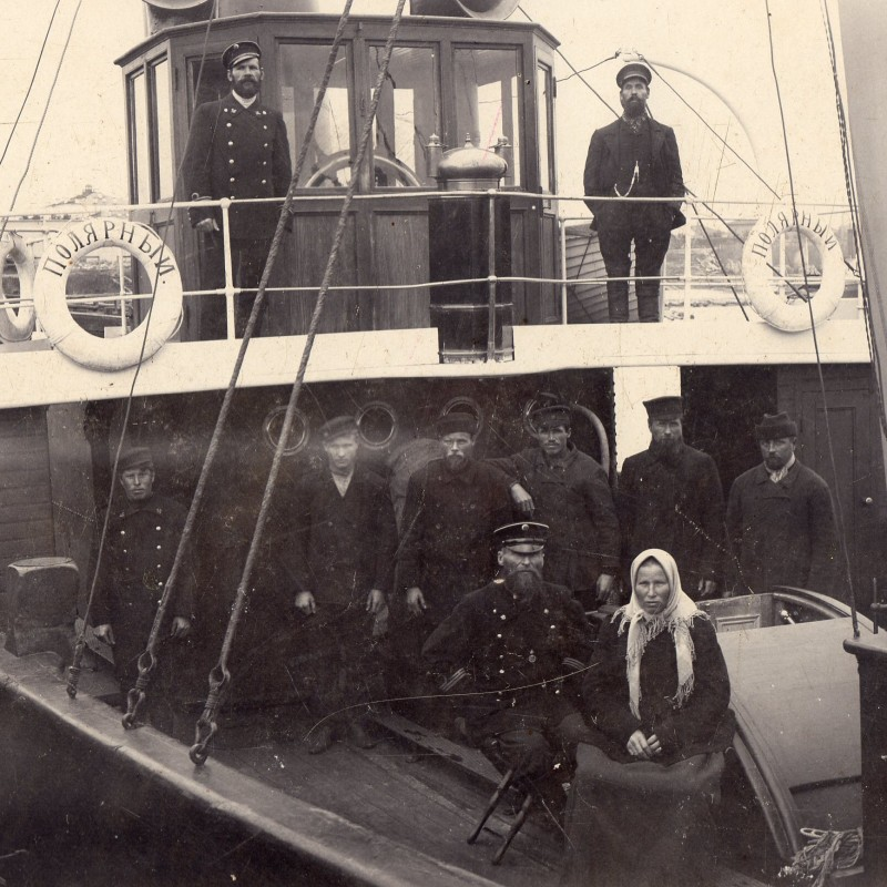 "Team photo of the steamer ""Arctic"""