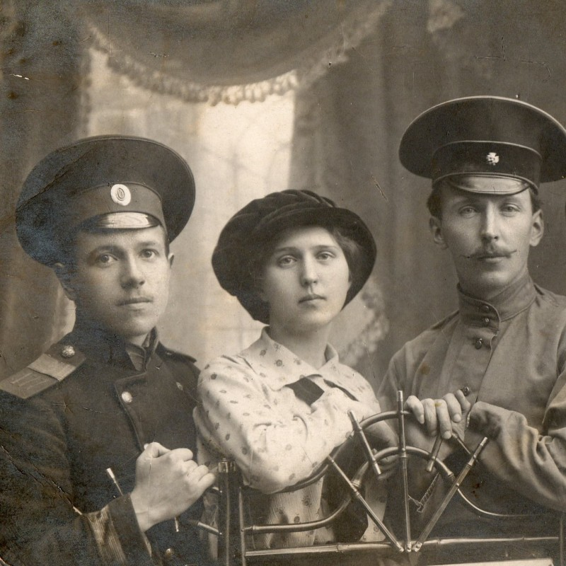 Photo senior clerk (?) 177 th infantry regiment Izborsk and artist with the ladies